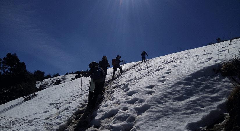 walking-on-the-snow-in-annapurna-region
